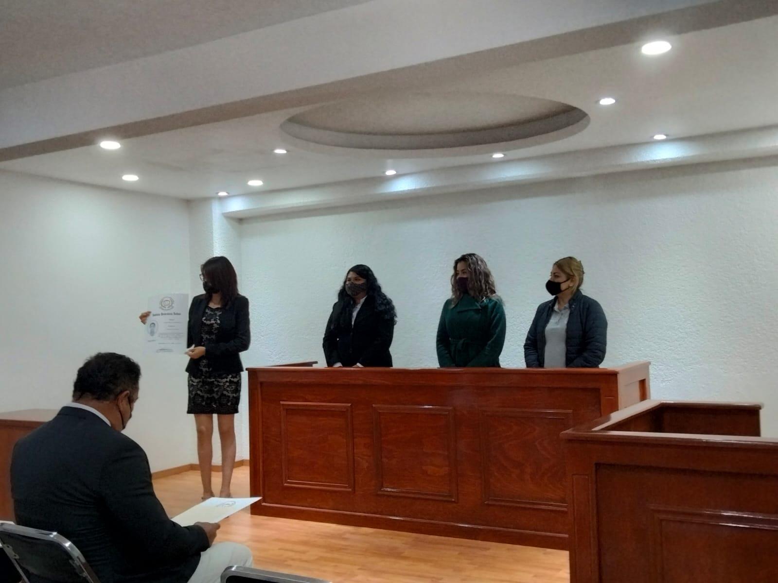 Reciben título impreso y electrónico estudiantes de la  Licenciatura en Derecho